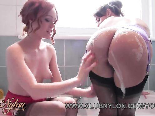 Развратные лесбиянки вместе принимают ванную