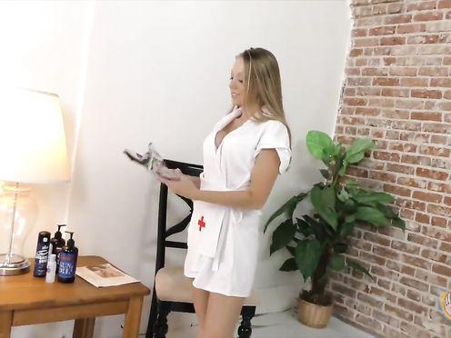 Сисястая медсестра дрочит член пациента в частном видео