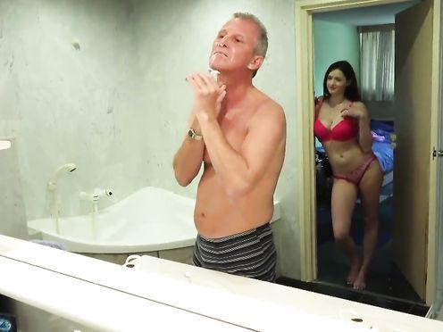 Молодуха совращает старого дедка на секс в ванной