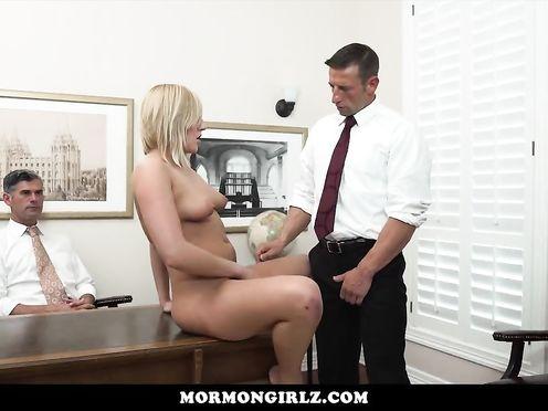 Малышка мастурбирует на глазах двух мужчин