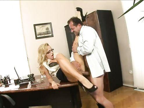 Босс трахает секретаршу во все дырки