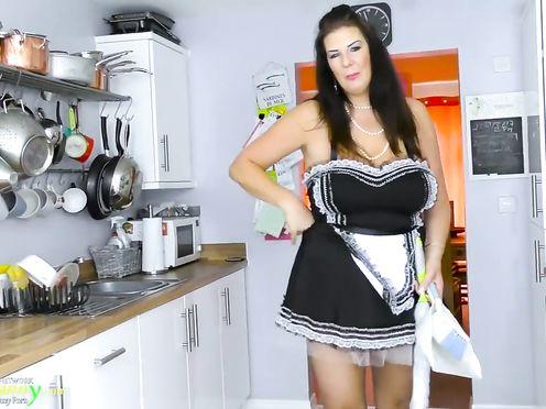 Престарелая мадам ласкает промежность на кухне