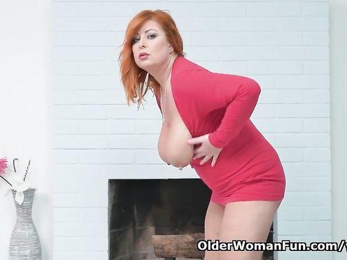 Стриптиз и мастурбация от толстой рыжей женщины