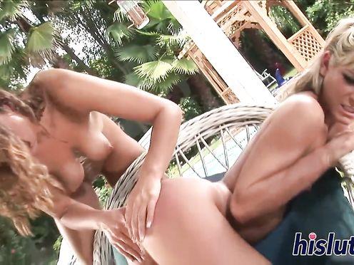 Очаровательные подружки занимаются лесбийским сексом