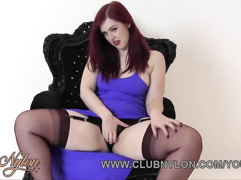 Рыжая красотка устроила сеанс мастурбации