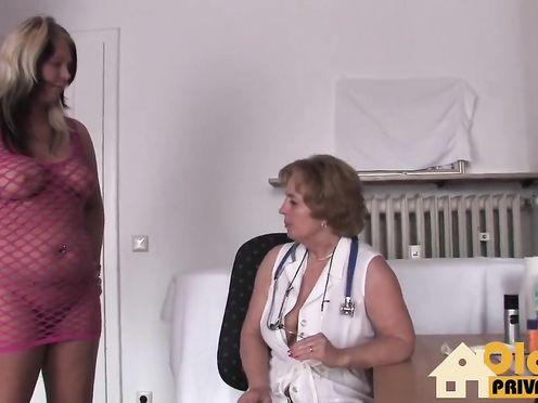 Пожилая врачиха отстрапонила пациентку