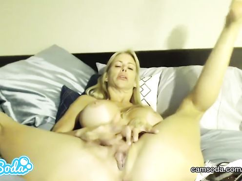 Сисястая милфа мастурбирует на вебкамеру