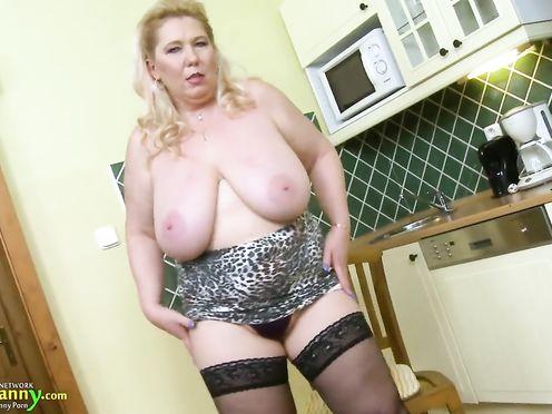 Сисястая блонда в возрасте мастурбирует на кухне