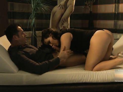 Секс с полненькой брюнеткой в храме любви