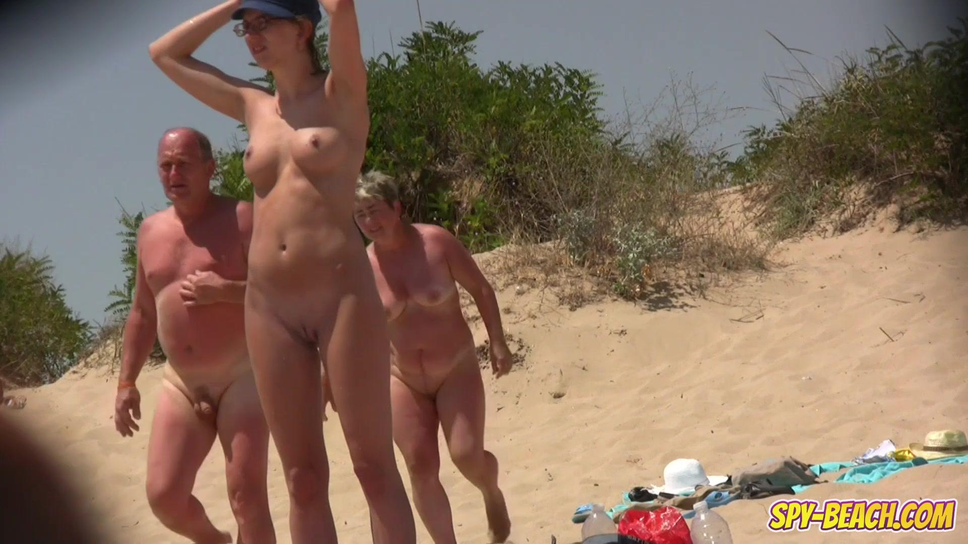 Видео женщин на нудистком пляже