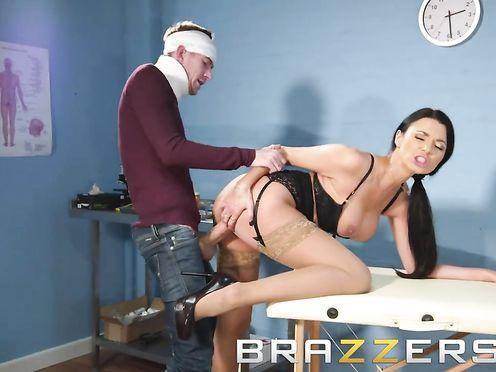 Самоуверенная докторша трахается с пациентом у себя в кабинете