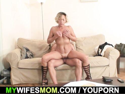 Неверный парень трахает зрелую мамашу своей девушки